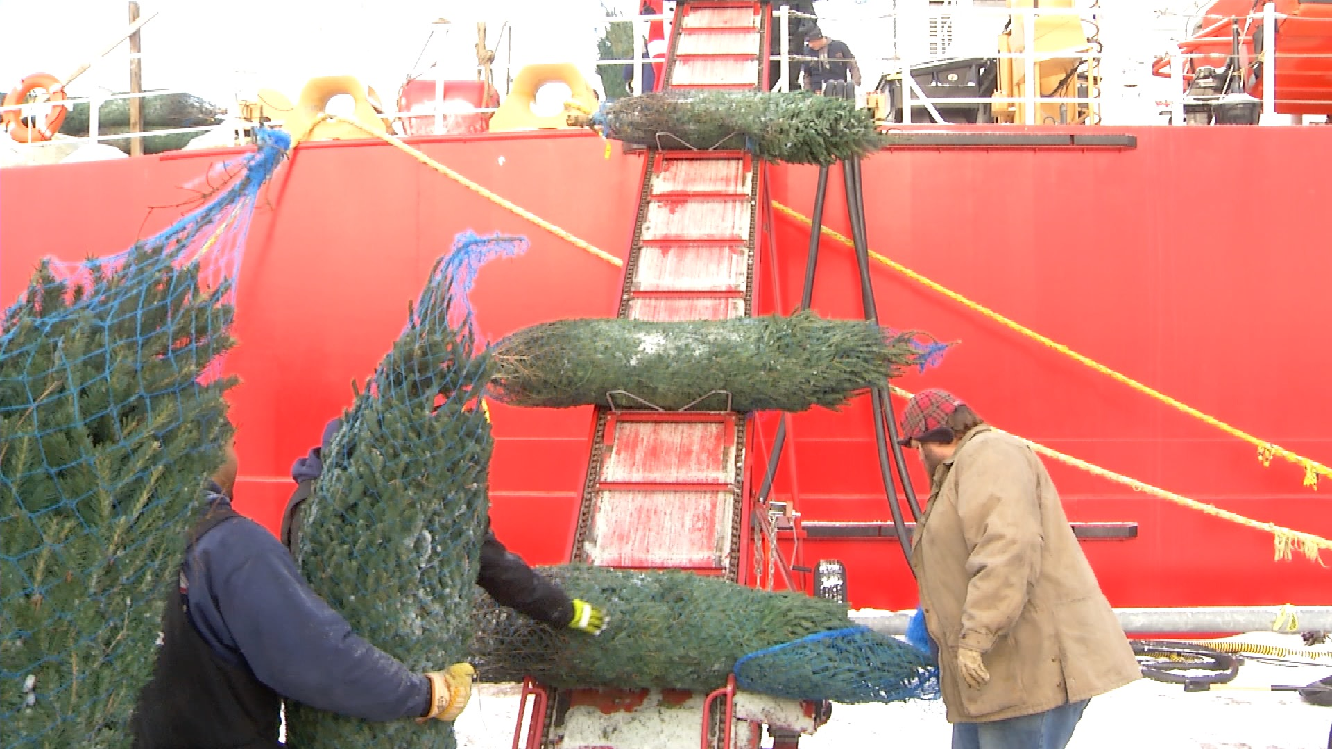 Christmas In Chicago 2018.Uscgc Mackinaw Loads Up 1200 Christmas Trees For Chicago