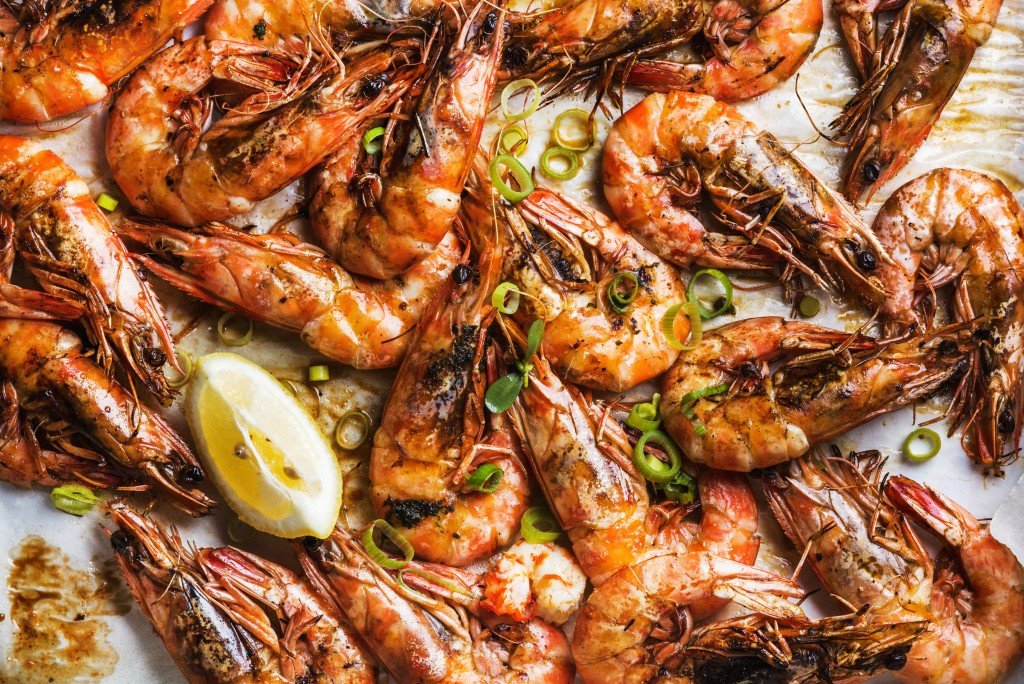 Roasted,tiger,prawns,with,fresh,leek,and,lemon,,top,view