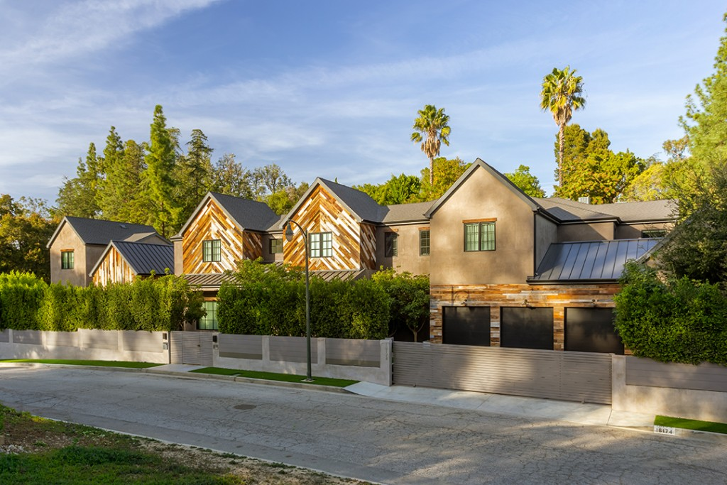 Kelly Clarkson Seeks To Breakaway From Her Stylish La Mansion Exterior Day