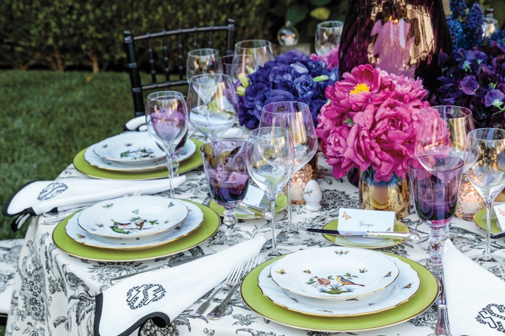 Stephanie Booth Shafran Hosts A Dinner In The Garden With Oscar De La Renta