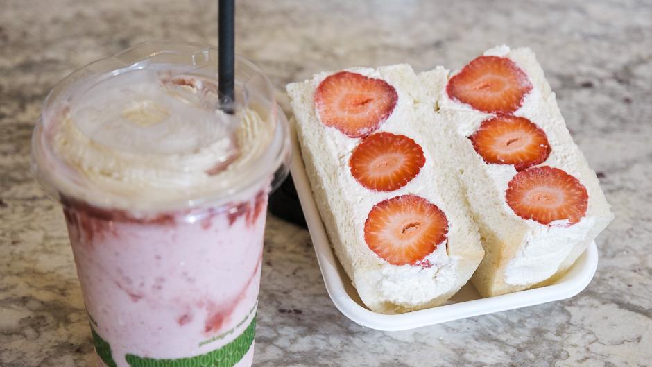 strawberry fruits sandwich